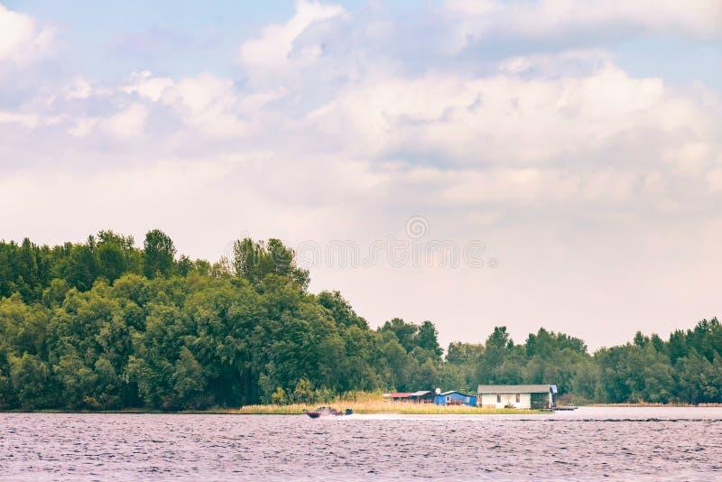 Een motorboot op de Dnieper-rivier in Kiev, de Oekra?ne, aan het begin van de lente stock foto