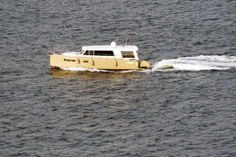 Een motorboot op het overzees stock afbeelding
