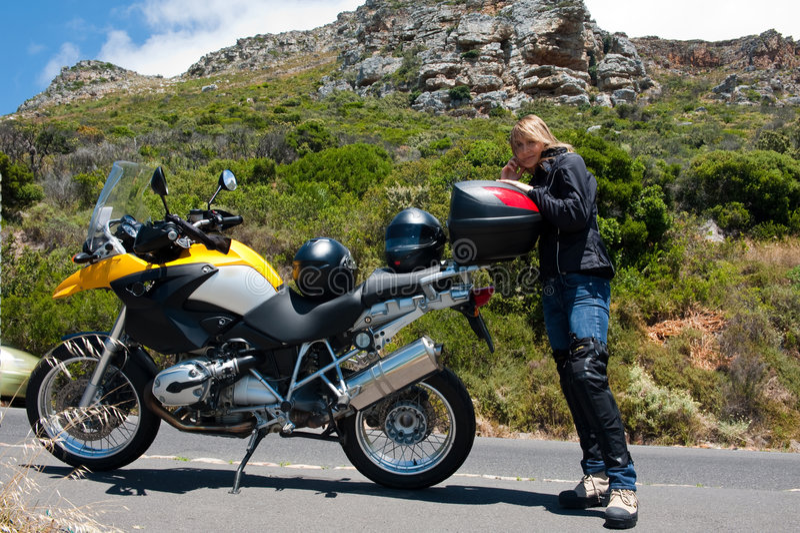 Een motorfietsportret van een jonge vrouw. royalty-vrije stock afbeeldingen