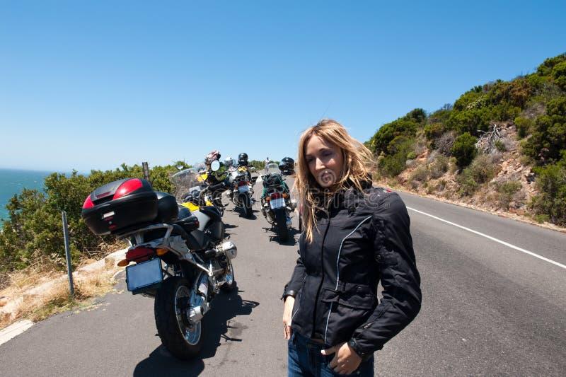 Een motorfietsportret van een jonge vrouw. royalty-vrije stock foto's