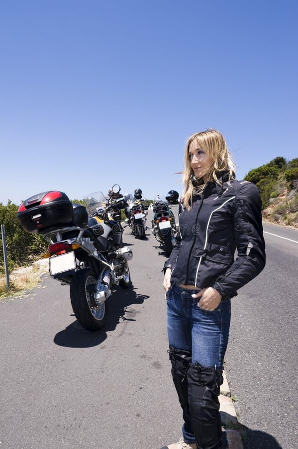 Een motorfietsportret van een mooie vrouw. stock afbeelding