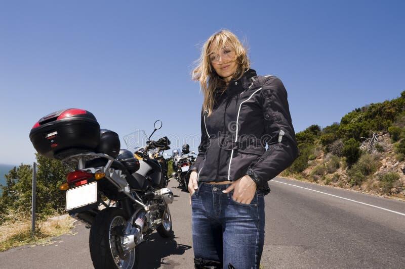 Een motorfietsportret van een mooie vrouw. stock fotografie