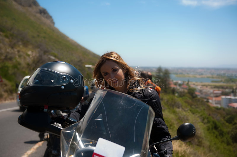 Een motorfietsportret van een mooie vrouw. royalty-vrije stock fotografie