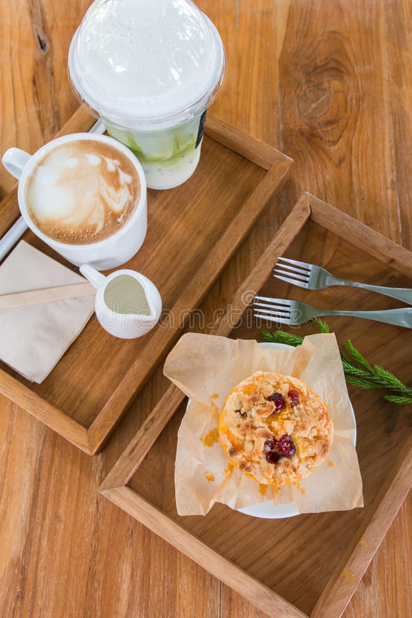 Een muffin, een melk coffe en een thee royalty-vrije stock afbeelding