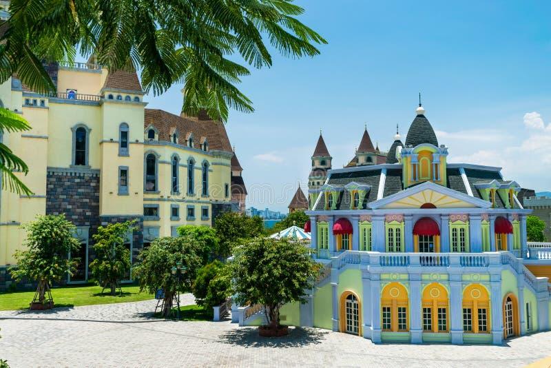 Een multi-coloured feekasteel in een tropisch klimaat met palm op zonnige dag royalty-vrije stock afbeeldingen