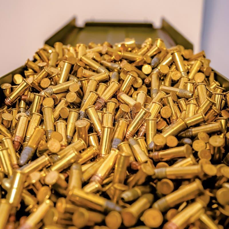 Een munitiecontainer met gouden kogels wordt gevuld die royalty-vrije stock fotografie