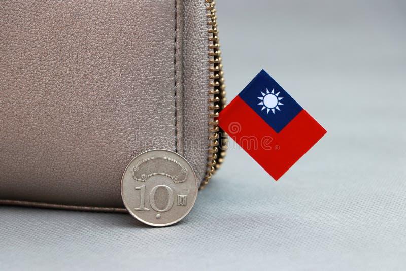 Een munt van Taiwan heeft tien dollar aan achteruit, twee rijststelen, latent beeld met een denominatie in Chinees en mini Taiwan stock afbeelding