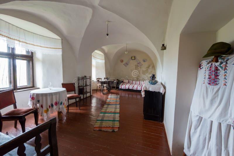 Een museum in de witte ruimte met oude dingen van het dagelijkse leven in Palanok-kasteel Mukachevo de Oekraïne royalty-vrije stock fotografie
