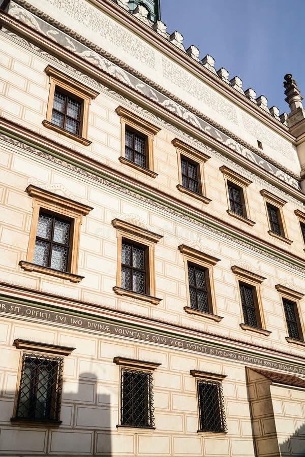 Een muur met vensters van het Renaissancestadhuis stock afbeeldingen