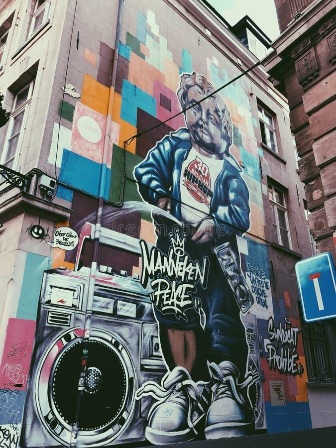 Een muurschildering van Manneken Pis stock foto