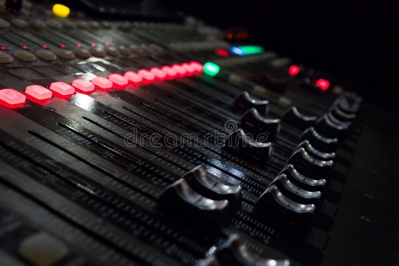 Een muziekconsole met vele knopen en schuiven stock afbeeldingen