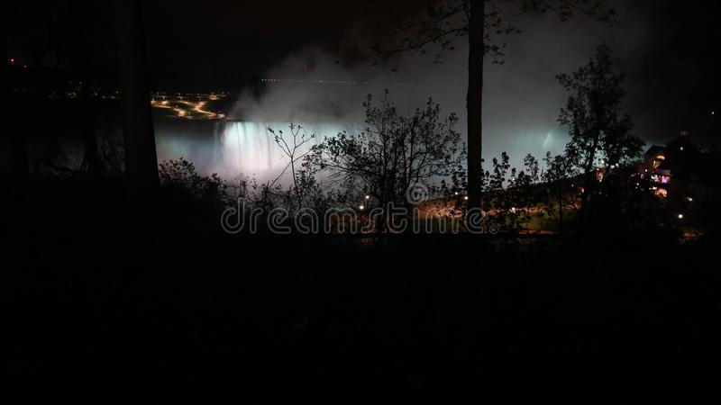 Een nacht bij niagaradalingen stock foto's