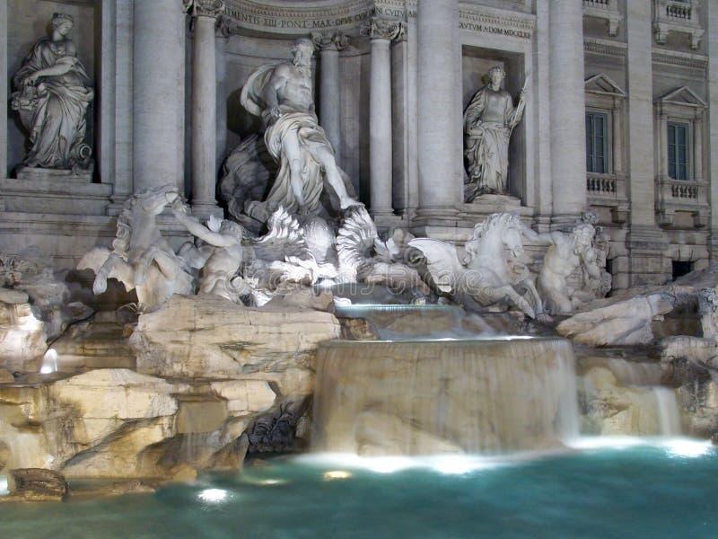 Een nacht van de Trevi fontein in Rome, Italië wordt geschoten dat stock foto