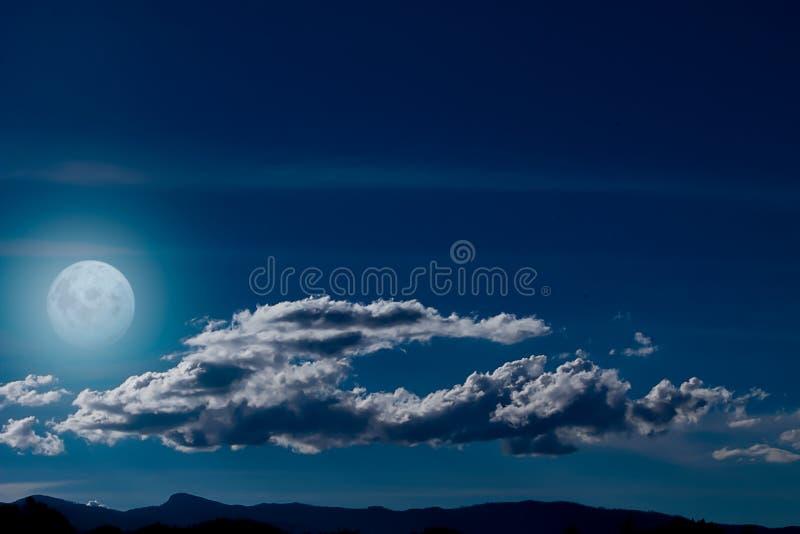 Een nacht van lichtgevende volle maan royalty-vrije stock afbeeldingen