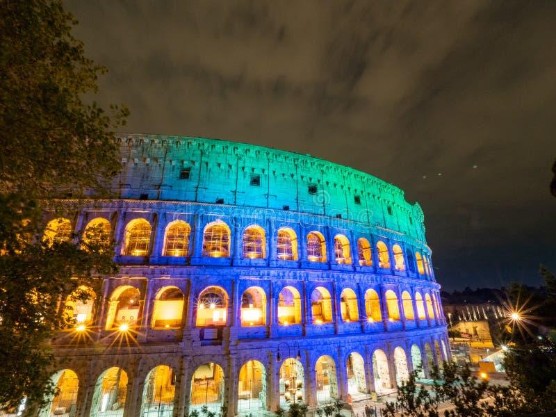 Een nachtbeeld van Ovale amphitheatre in het centrum van de stad van Rome, Italië met licht en volle maan royalty-vrije stock afbeeldingen