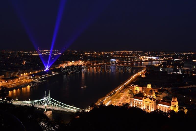 Een nachtmening over de stad van Boedapest met Liberty Bridge-toeristische attractie in het kader royalty-vrije stock foto