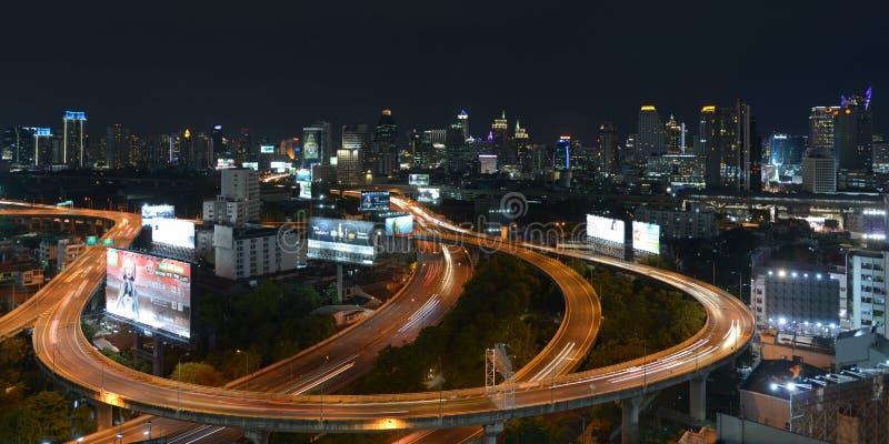 Een Nachtmening van Bezige Wegen in Centraal Bangkok stock afbeeldingen