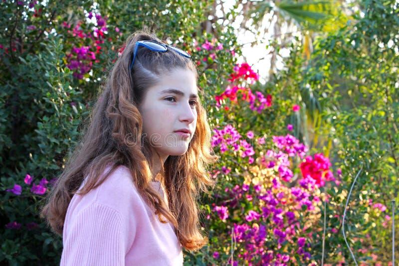 Een nadenkende tiener op een kleurrijk gebied stock foto's