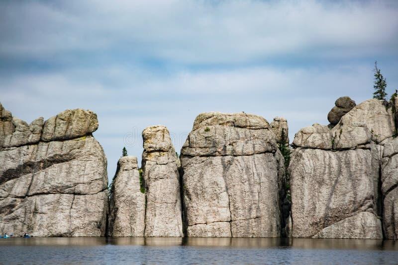 Een natuursteendam in Sylvan Lake stock afbeeldingen