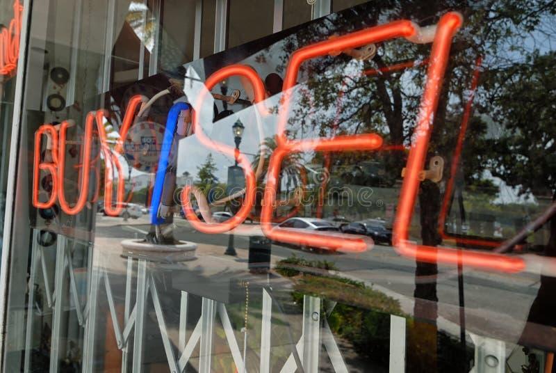 Een neon koopt/verkoopt teken in een venster royalty-vrije stock foto's