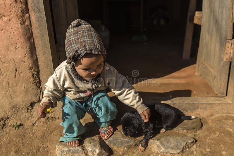 Een Nepalese jongen en zijn hond stock afbeelding