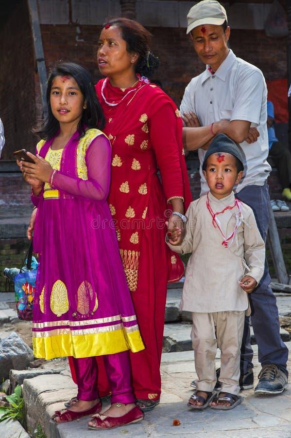 Een Nepali-dame met haar kinderen in traditionele doek, Katmandu, Nepal stock afbeelding