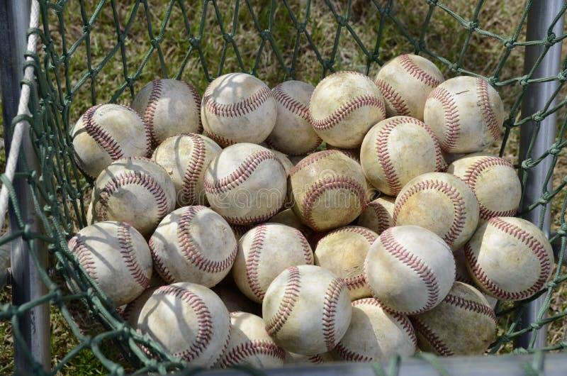 Een netto hoogtepunt van softballs zit klaar voor een softballspel royalty-vrije stock foto