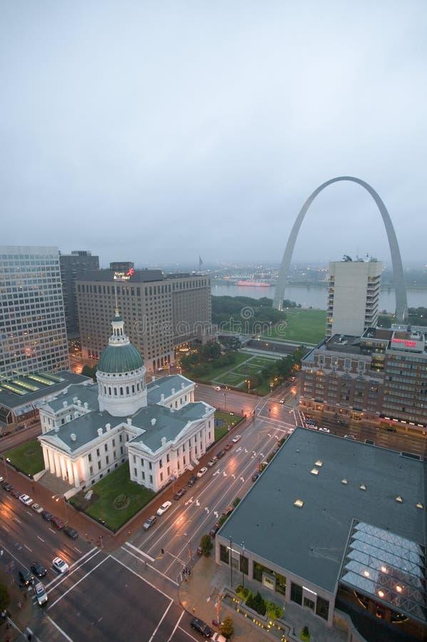 In een nevelige regen een opgeheven mening van Gatewayboog en historische Oude St Louis Courthouse Het Gerechtsgebouw werd gecons royalty-vrije stock afbeelding
