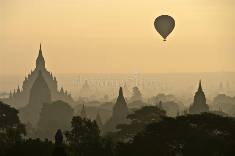Een nevelige zonsopgang in Bagan royalty-vrije stock foto