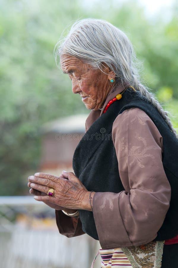 Een niet geïdentificeerde Tibetan pelgrim bidt royalty-vrije stock foto