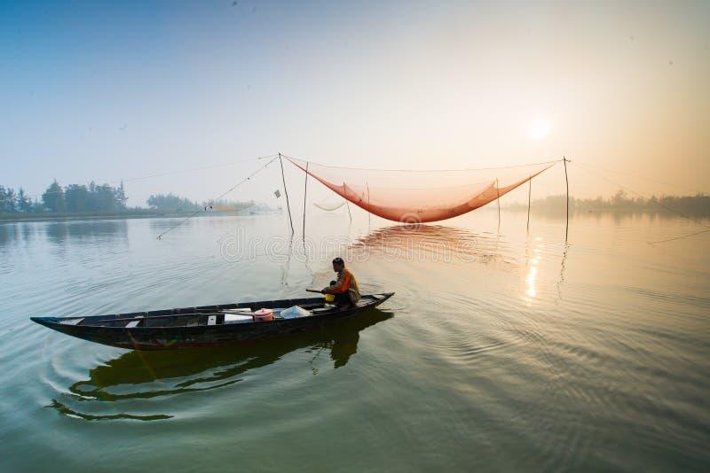 Een niet geïdentificeerde visser werkte in de visserij van dorp van Cua Dai, Hoi An, Vietnam stock afbeeldingen