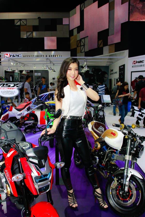 Een Niet geïdentificeerde vrouwelijke presentator stelt in Bangkok Internationale Motorshow 2017 royalty-vrije stock fotografie