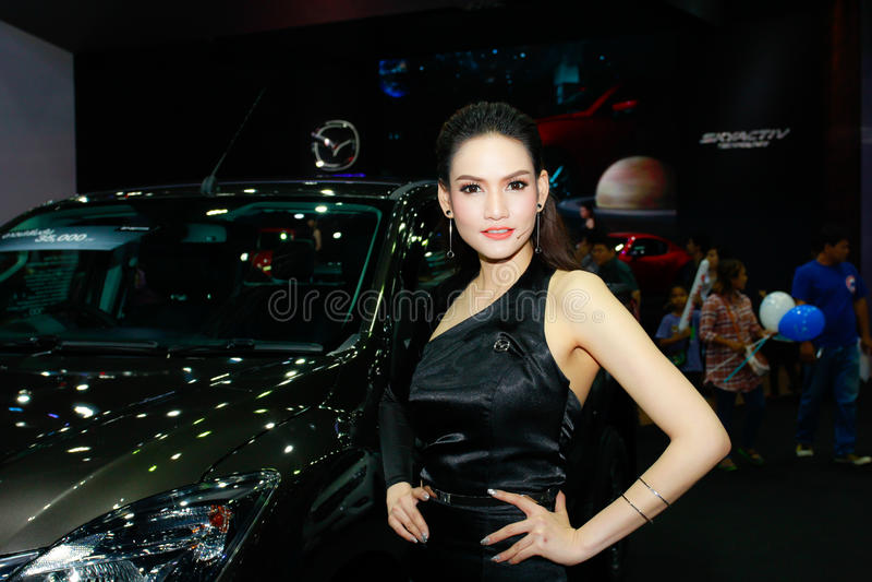 Een Niet geïdentificeerde vrouwelijke presentator stelt in Bangkok Internationale Motorshow 2017 stock fotografie