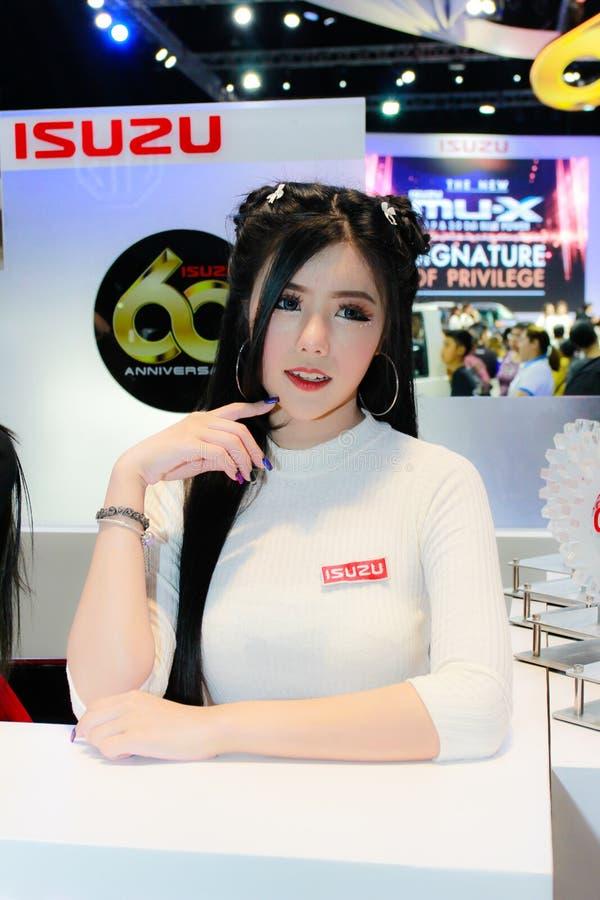 Een Niet geïdentificeerde vrouwelijke presentator stelt in Bangkok Internationale Motorshow 2017 stock foto