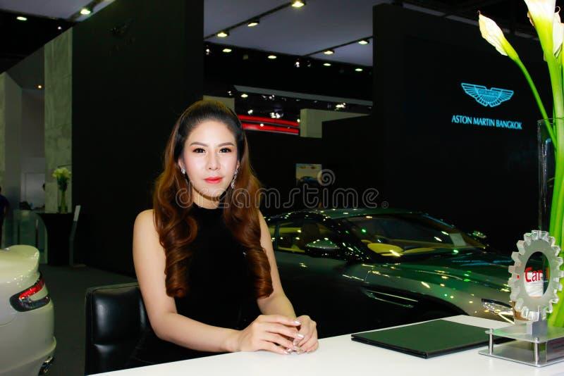 Een Niet geïdentificeerde vrouwelijke presentator stelt in Bangkok Internationale Motorshow 2017 stock foto's