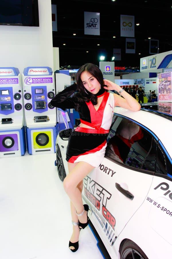 Een Niet geïdentificeerde vrouwelijke presentator stelt in Bangkok Internationale Motorshow 2017 royalty-vrije stock afbeeldingen