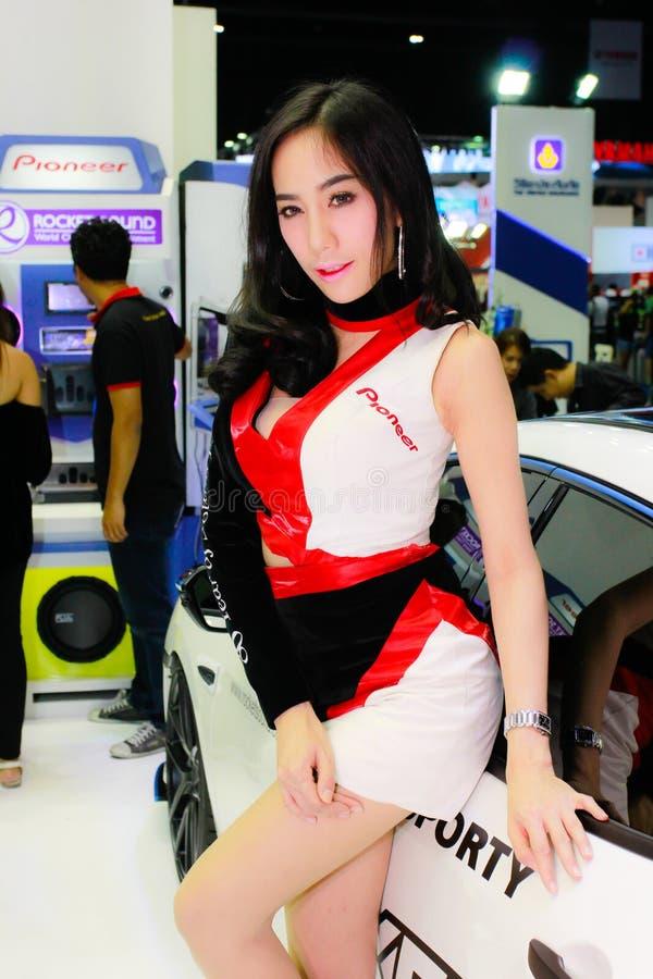 Een Niet geïdentificeerde vrouwelijke presentator stelt in Bangkok Internationale Motorshow 2017 stock afbeeldingen