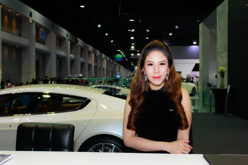Een Niet geïdentificeerde vrouwelijke presentator stelt in Bangkok Internationale Motorshow 2017 stock afbeelding