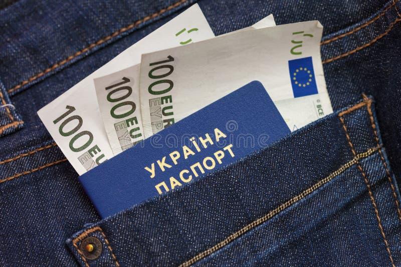 Een nieuw biometrisch Oekraïens paspoort met een elektronische spaanderidentiteitskaart Vrije reis naar Europa zonder een visum stock foto's