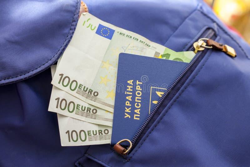 Een nieuw biometrisch Oekraïens paspoort met een elektronische spaanderidentiteitskaart Vrije reis naar Europa zonder een visum D stock afbeeldingen