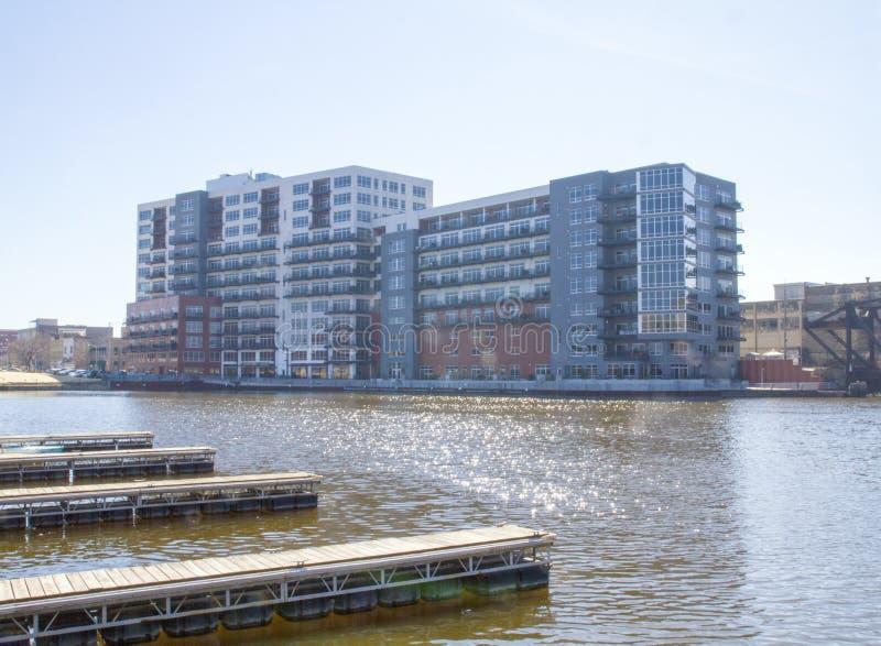 Een nieuw flatgebouw met koopflats op de banken van de Rivier van Millwaukee in het 3de District stock foto