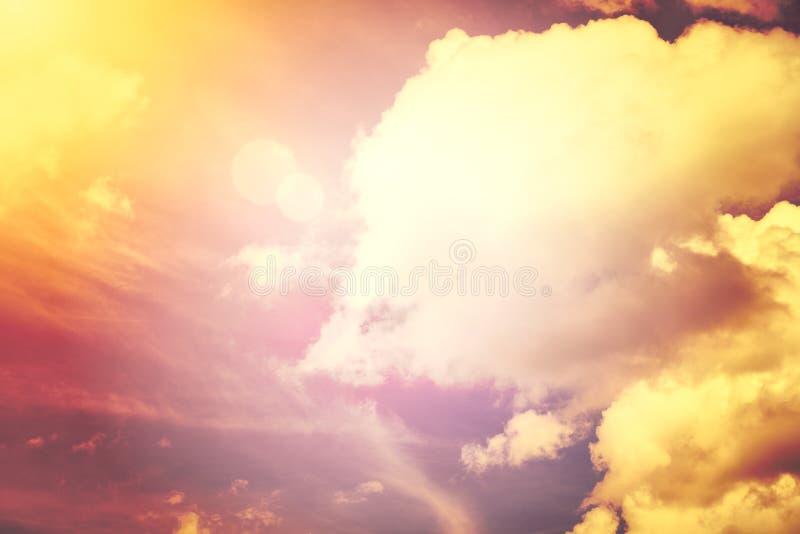 Een nieuw hemel en aardeconcept: Dramatische zonstraal met oranje hemel en van de wolkendageraad textuurachtergrond stock fotografie