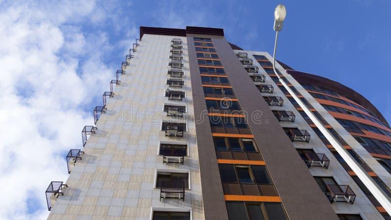 een nieuw high-rise modern gebouw steeg aan de wolken de moderne materialen, glas, metaal, keramische tegels stellen met de blauw royalty-vrije stock foto