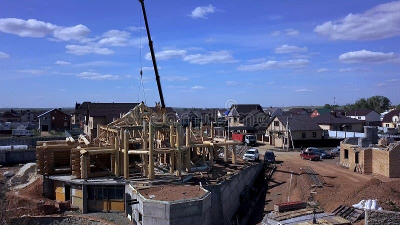 Een nieuw huis in aanbouw klem Hoogste mening van de bouw van een blokhuis stock foto