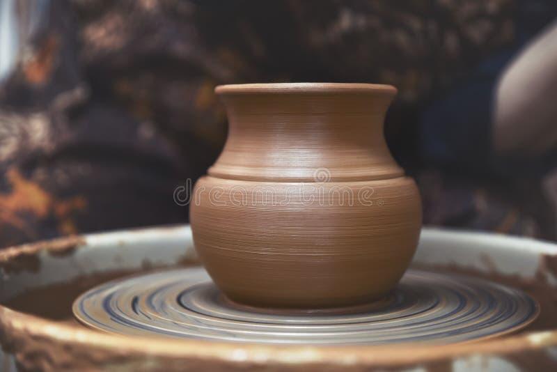 Een nieuw, ruw, kleischip op een pottenbakkers` s wiel Aardewerk Close-up royalty-vrije stock foto
