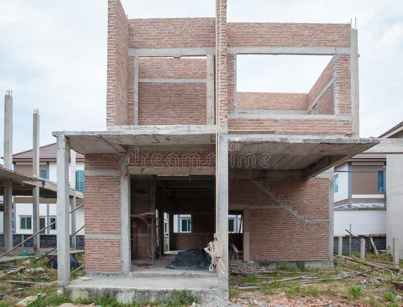Een nieuw stok gebouwd huis in aanbouw Bouw woon nieuw huis lopend bij bouwterrein royalty-vrije stock afbeeldingen