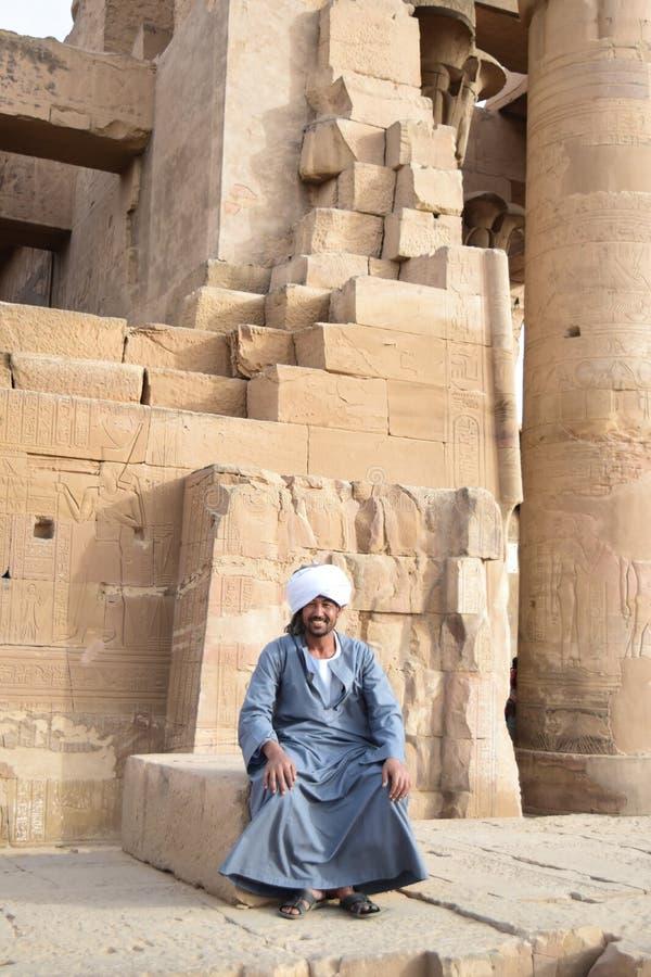 Een Nubian-mensenzitting in een tempel in Egypte, Aswan Luxor royalty-vrije stock foto