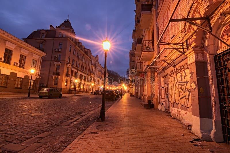 Een ochtendmening van kleurrijke gebouwen op de lege Afdaling van Andriyivskyy Uzvoz Één van de oudste straat in Kyiv royalty-vrije stock foto