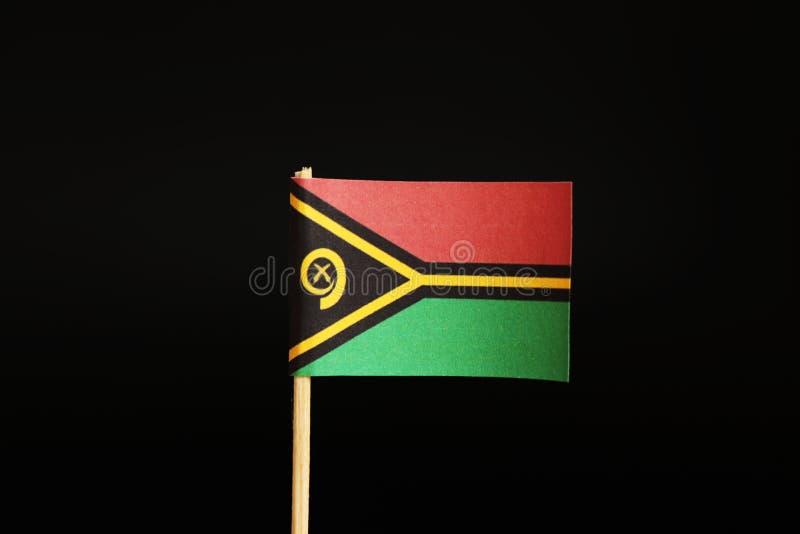 Een officiële Vlag van Vanuatu op houten stok op zwarte achtergrond Het is eilandstaat en behoort tot Oceanië royalty-vrije stock afbeeldingen