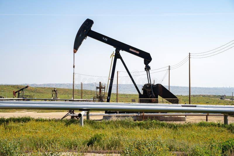 Een olieboortoren werkt op het gebied op een zonnige dag Californië is één van de Verenigde Staten royalty-vrije stock fotografie